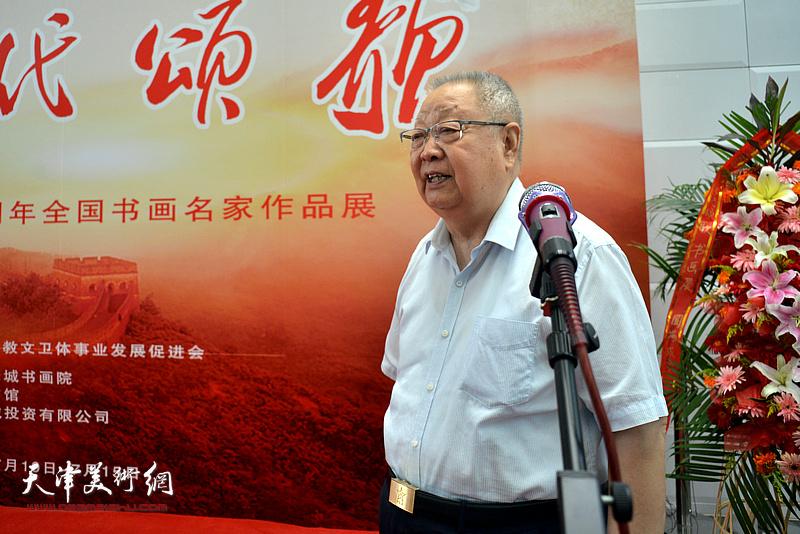 天津警备区原司令员滑兵来宣布书画展开幕。