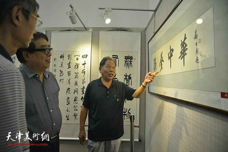 张大宁、霍然观赏展出的作品。