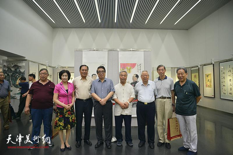 滑兵来、张大宁、刘锟、于树香、霍然、李伟在书画展现场。