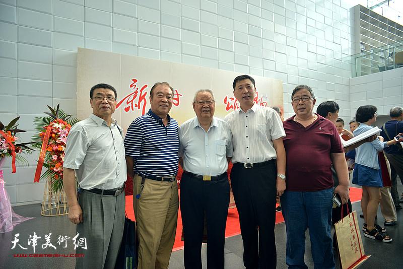 滑兵来、王如意、王勇、李伟、李双林在书画展现场。