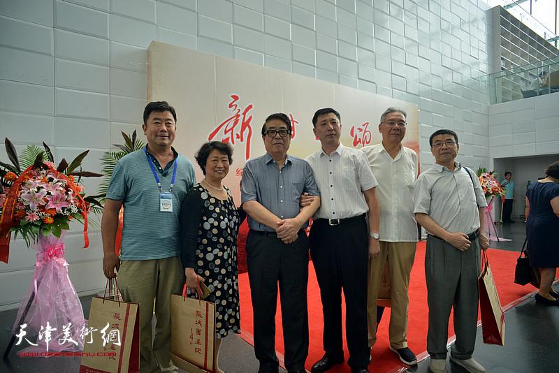 张大宁、赵玉森、王勇、李双林等在书画展现场。