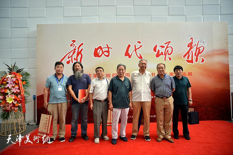 霍然、赵玉森、王如意、高原春、高大鹏、李双林等在书画展现场。