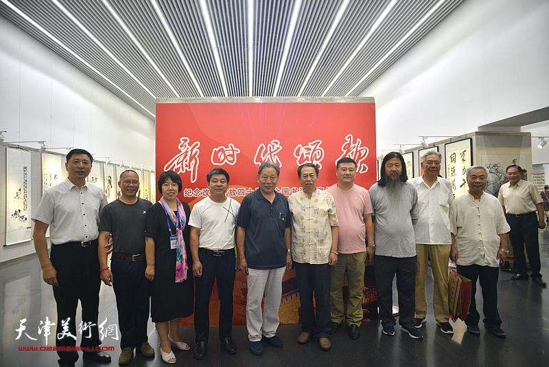 左起:王勇、严成壮、霍艳芳、吴国会,霍然、王子龙、李少波、梁旭华、赵玉森、王大奇在书画展现场。