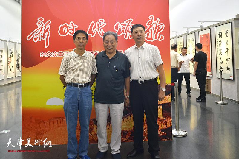 左起:王宏、霍然、王勇在书画展现场。