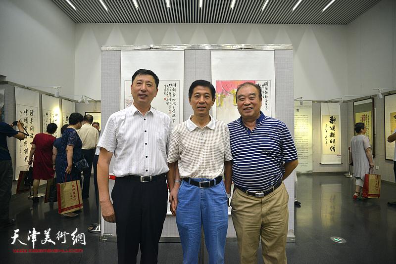 左起:王勇、王宏、王如意在书画展现场。
