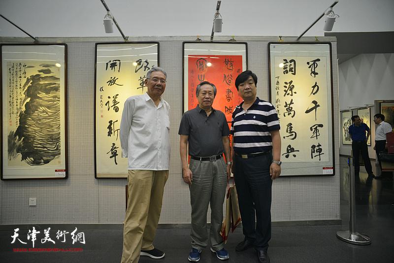 左起:赵玉森、刘国胜、翟洪涛在书画展现场。