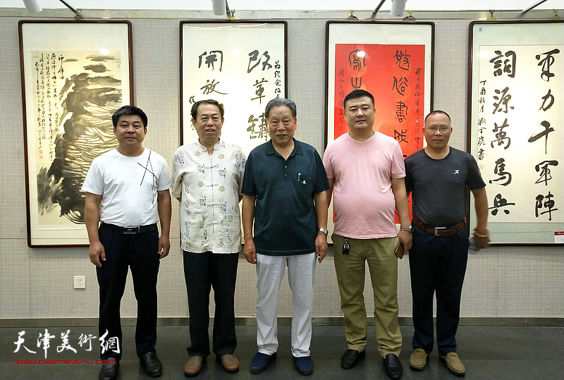左起:吴国会、王子龙、霍然、李少波、严成壮在书画展现场。