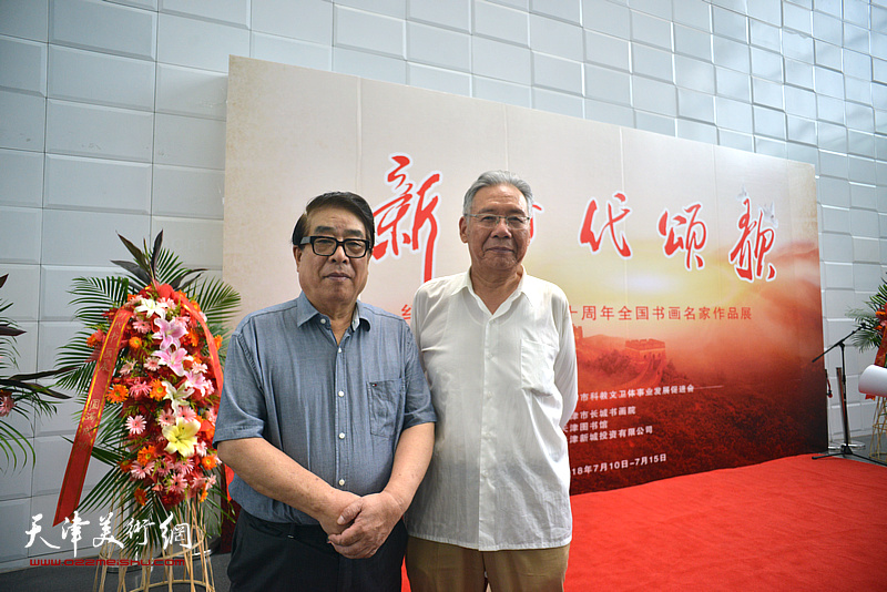 张大宁、赵玉森在书画展现场。