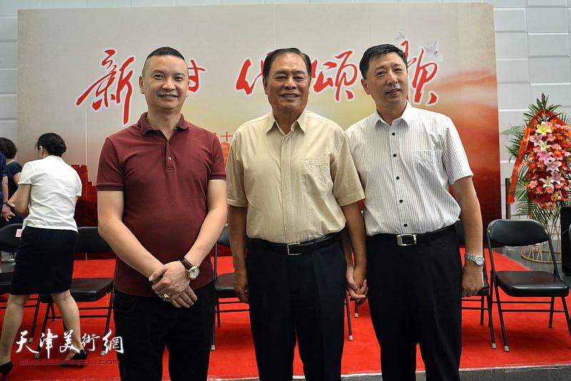 刘锟、王勇在书画展现场。