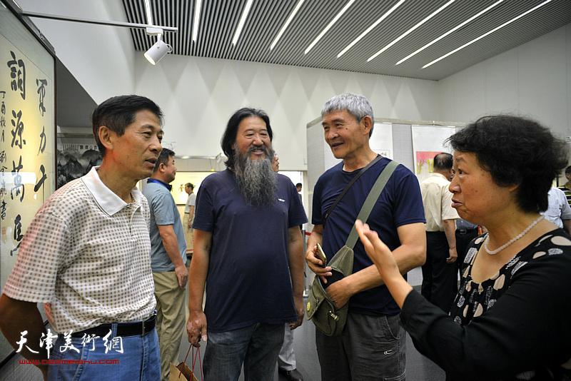 王宏与高大鹏等来宾在书画展现场。