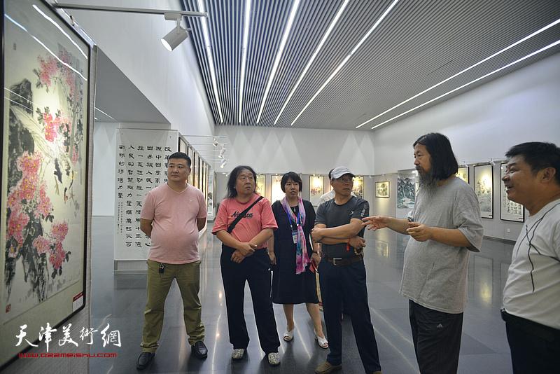 梁旭华与霍艳芳等来宾在书画展现场。