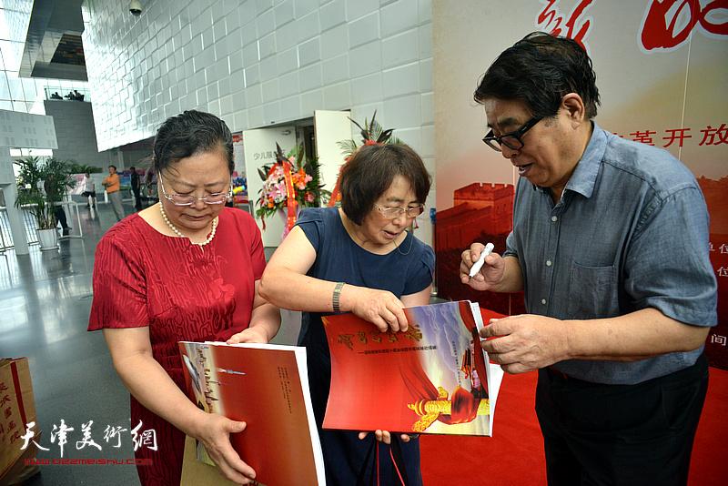 张大宁在2018最新博彩白菜大全展现场为观众签名留念。