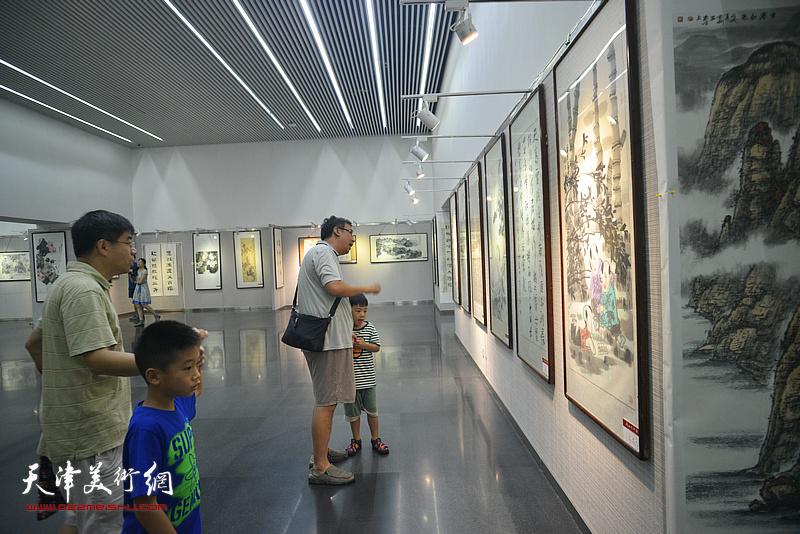 纪念改革开放四十周年全国书画名家作品展现场。
