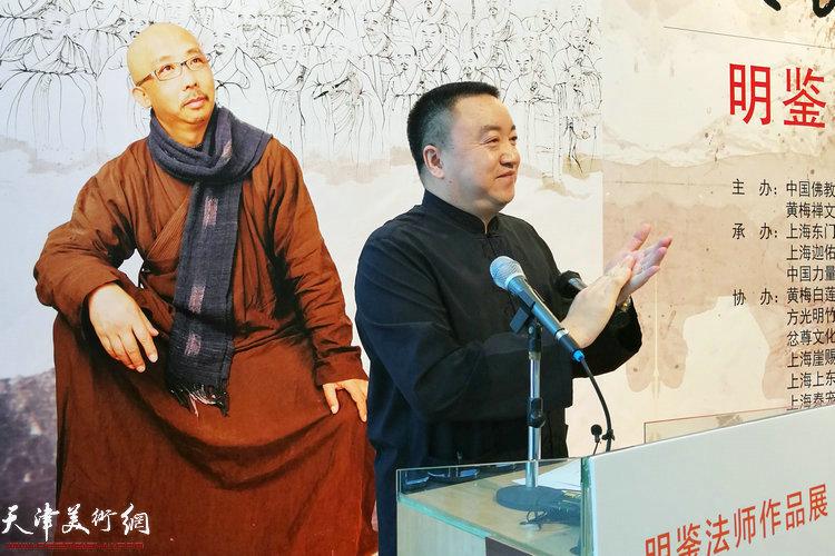 展览策展人吴非主持开幕仪式并宣布展览开幕。