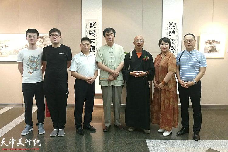 明鉴法师、姜维群、刘春芬、赵长生、张养峰、梁涛等在展览现场。