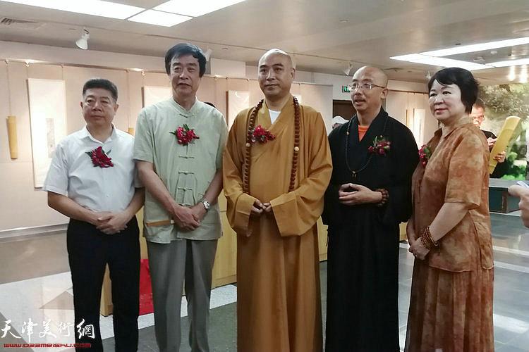 左起:张养峰、姜维群、慧明大和尚、明鉴法师、刘春芬在展览现场。