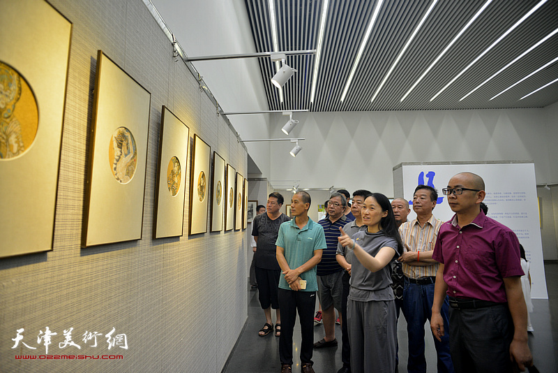 张玉忠、魏瑞江、段博君、杨建国、张养峰、李伟、肖爱华、阚传好等在画展现场观看作品。