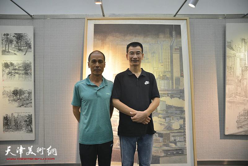 张玉忠、姜金军在画展现场。