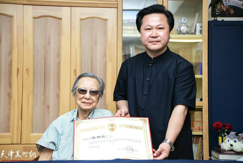 陈少梅艺术研究会常务副会长赵景宇先生向陈佩秋先生颁发聘书