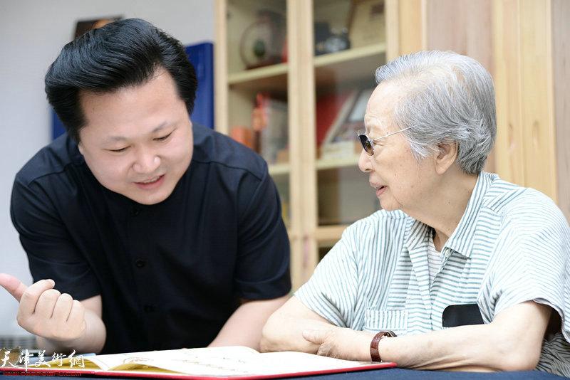 陈佩秋先生和赵景宇先生在交谈