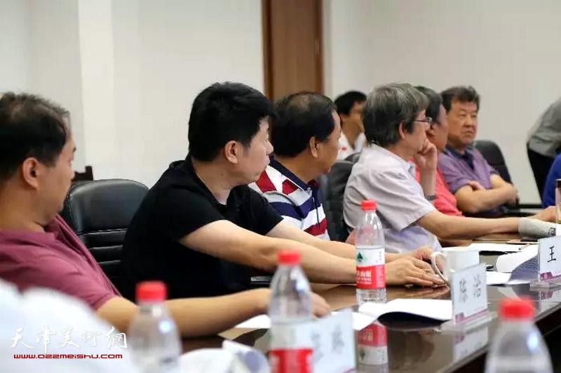 与会代表在审议相关议程
