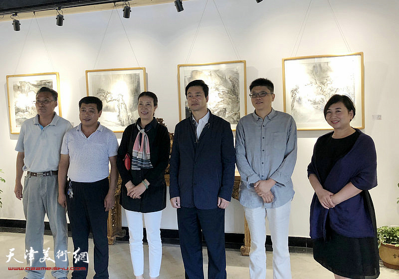李旭飞与虎西山王升、任惠琴、马雪音、陈瑞等嘉宾在画展现场。