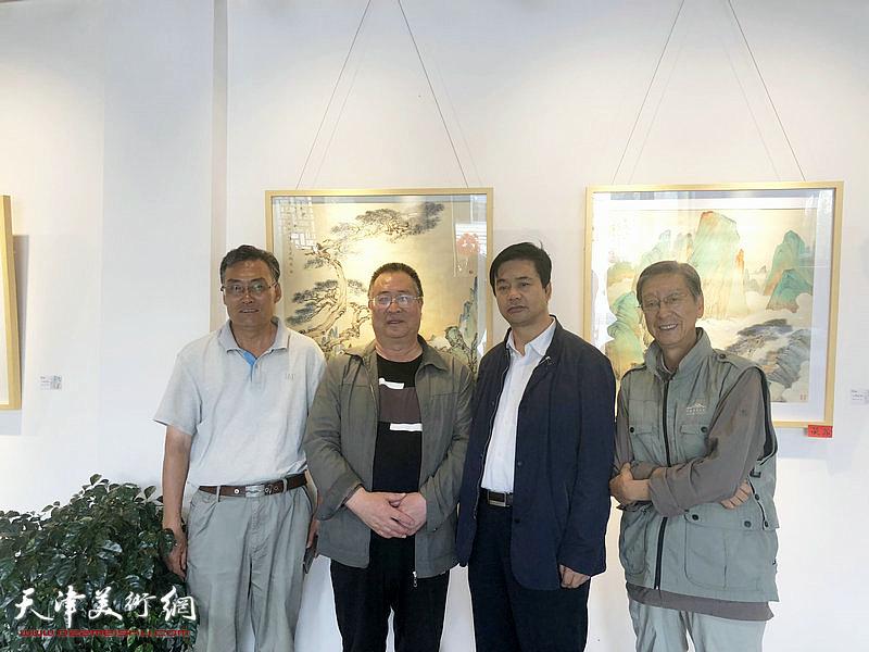 李旭飞与虎西山、张鸿智教授等嘉宾在画展现场。