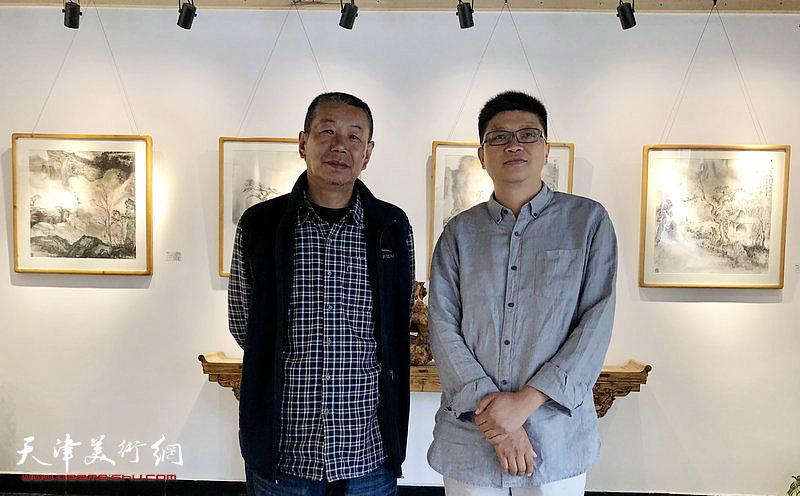 李旭飞与宁夏大学美术学院付世文老师在画展现场。