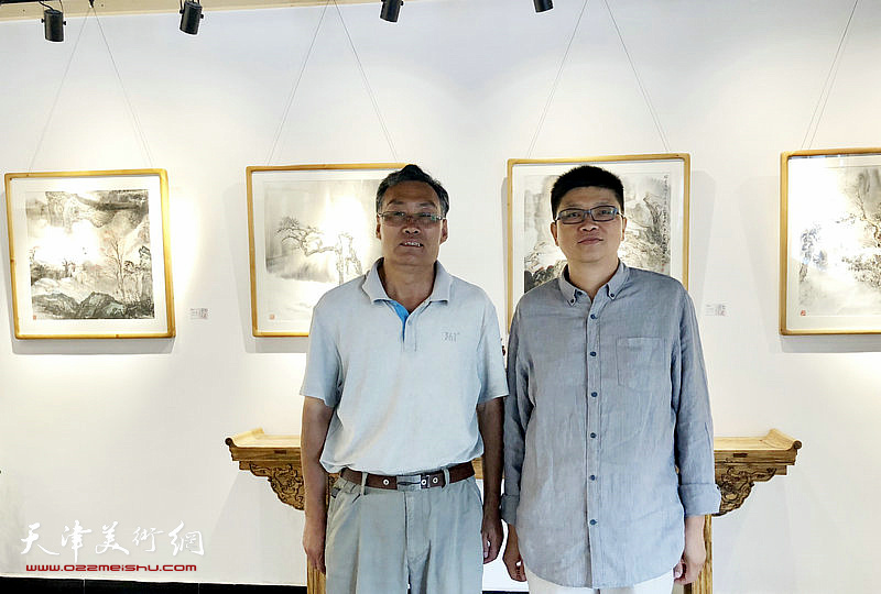 李旭飞与虎西山在画展现场。