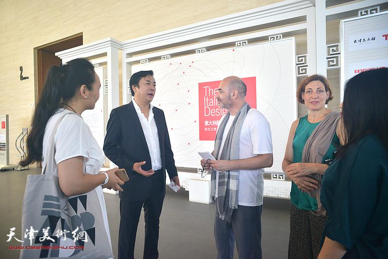 乔治加里阿尼、李云飞在展览现场交流。