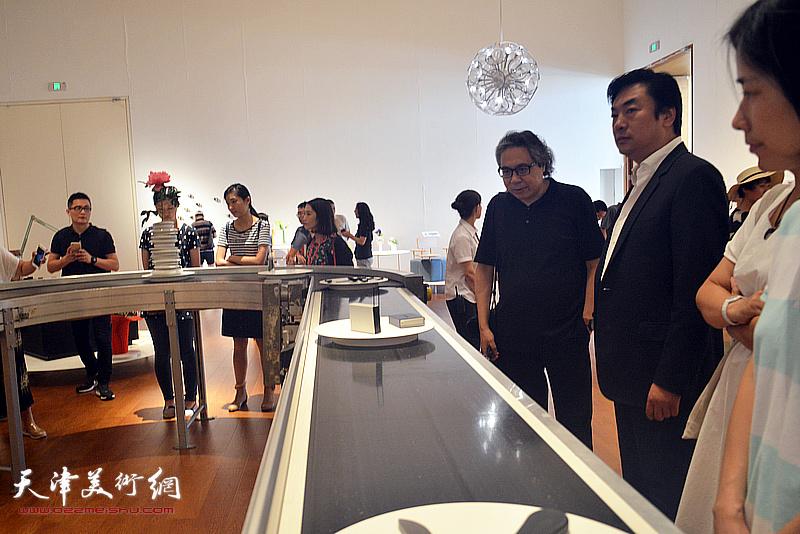 李军、李云飞在展览现场