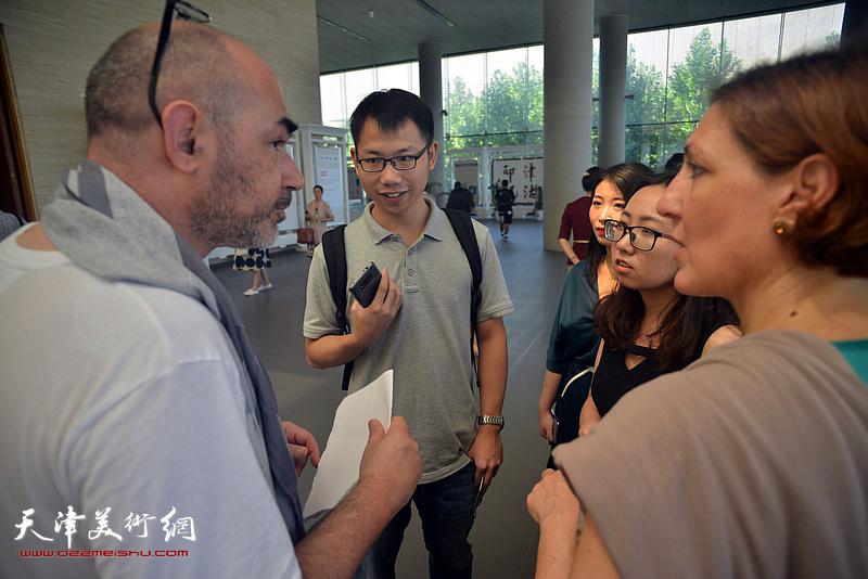 乔治加里阿尼在展览现场接受媒体采访。