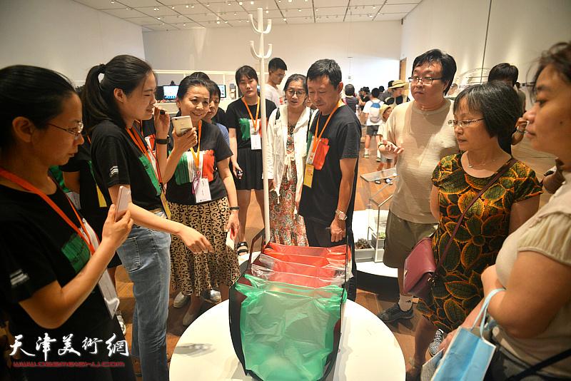 天津美术馆志愿者在展览现场讲解展品。