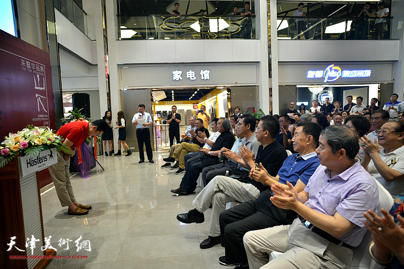 朱懿向到场嘉宾鞠躬,感谢一路走来大家的支持。