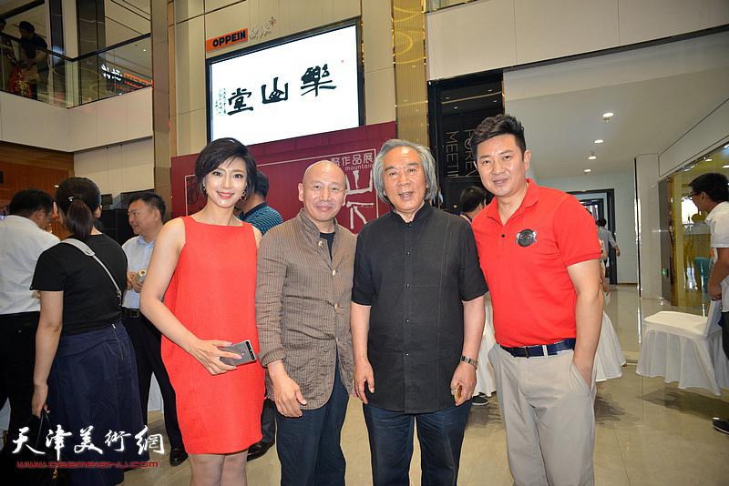 霍春阳、孟广禄、朱懿、李佳在画展现场。