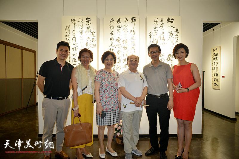 左起:朱懿、冯筱兰、刘婉华、魏文亮、何家英、李佳在画展现场。