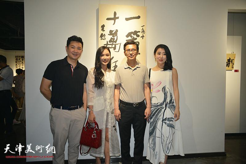 何家英、朱懿在画展现场。