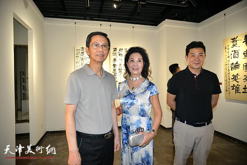 何家英、万紫、朱懿在画展现场。