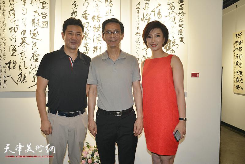 何家英、朱懿、李佳在画展现场。
