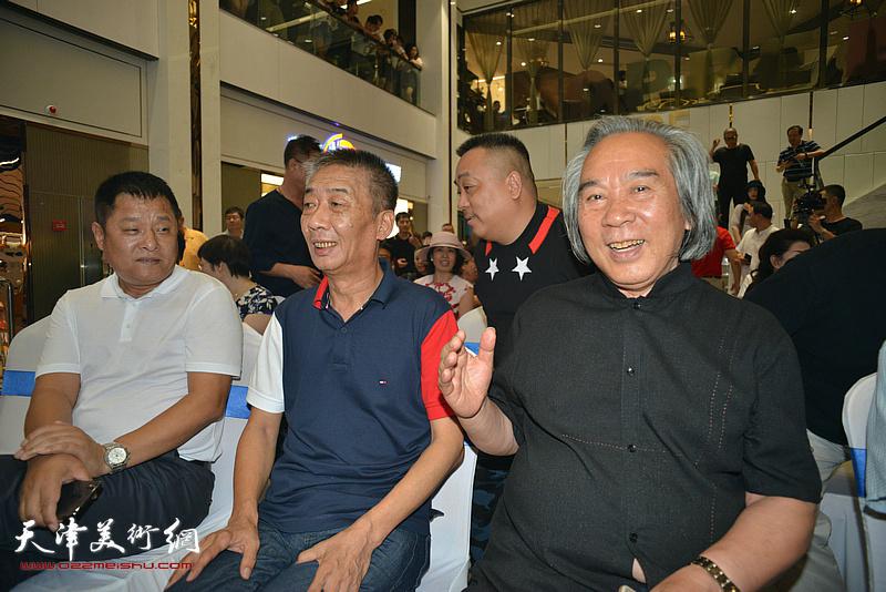 邓国源、霍春阳、周文起在画展现场。
