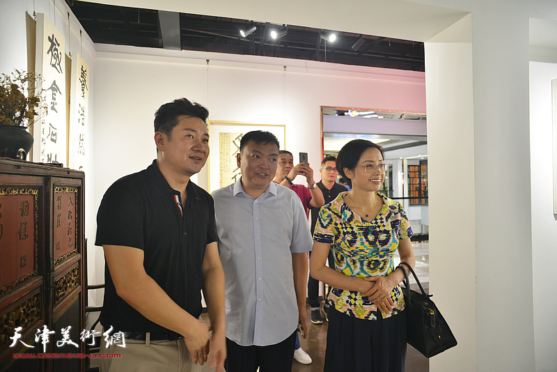朱懿与张秀燕、范权在画展现场。