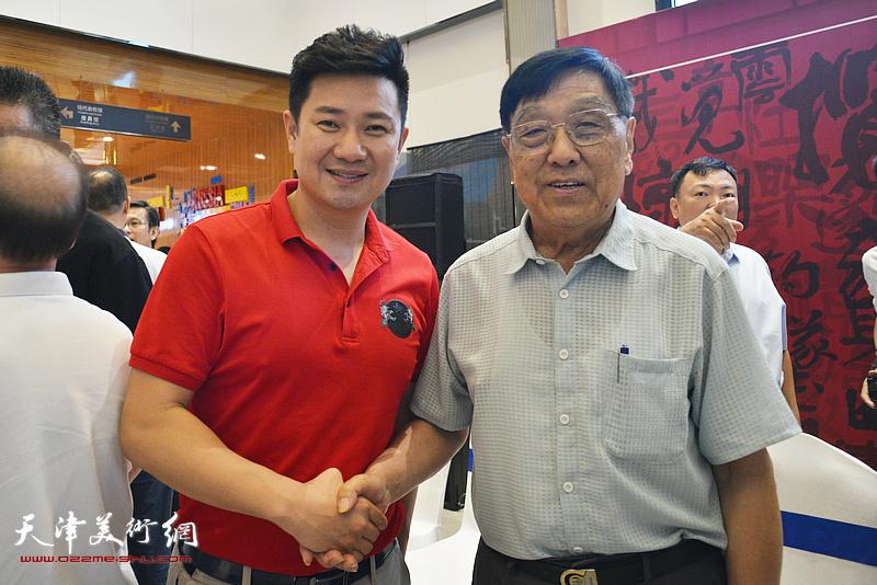 朱懿与王鸿江在画展现场。