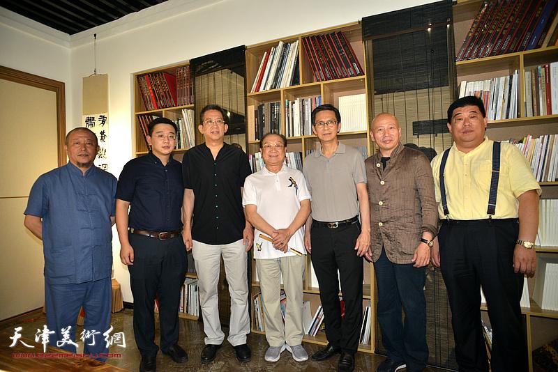 左起:缪文杰、张耀、李毅峰、魏文亮、何家英、孟广禄、魏鸿达在画展现场。
