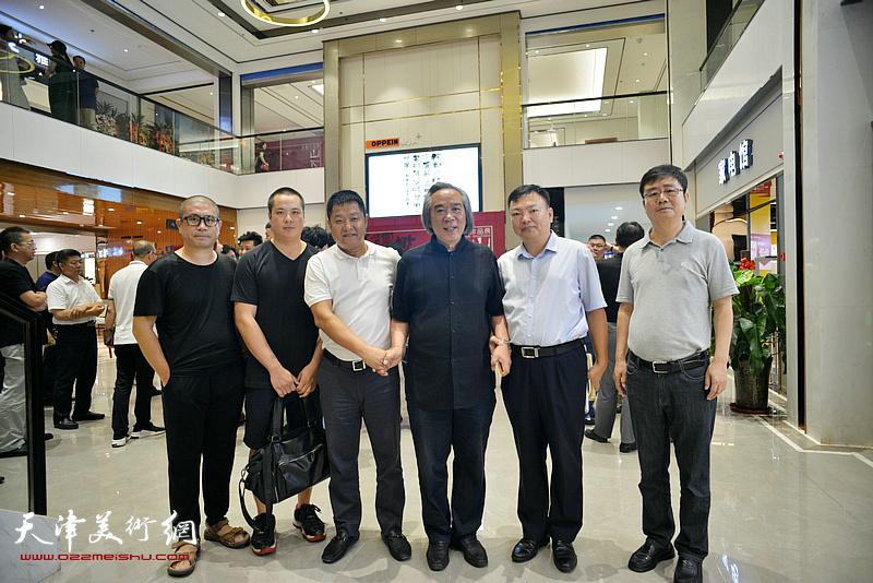 霍春阳、范权、周连起、姜立志、姚丽彬在画展现场。