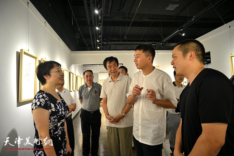 张玲、姜维群、姚丽彬、朱国惠在画展现场。