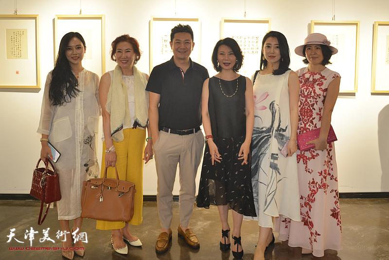 左起:洪燕茹、冯筱兰、朱懿、董睿睿、李彤彤、赵菊在作品展现场