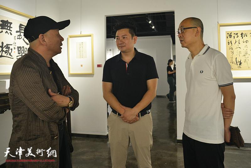 朱懿与孟广禄、马驰在作品展现场。