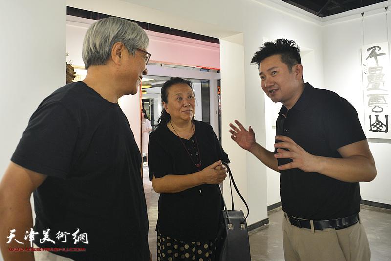 朱懿与万紫、谭志明在作品展现场。