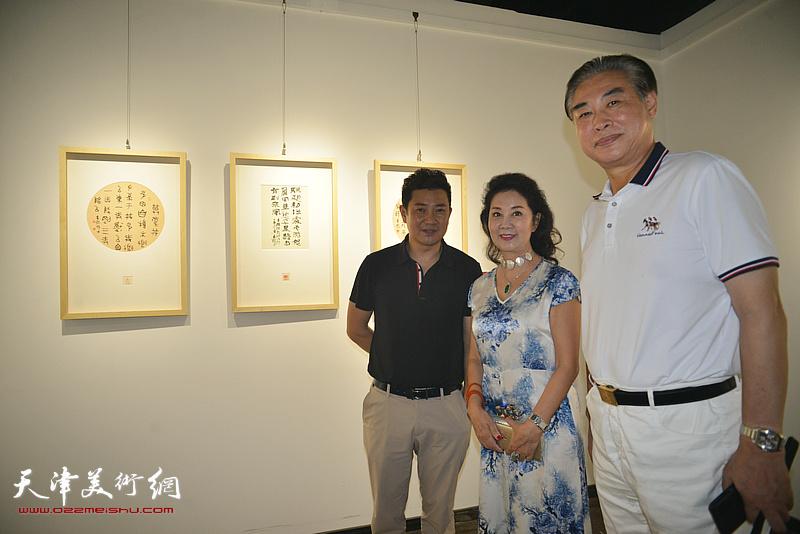 朱懿与孙建中、吴志玲在作品展现场。