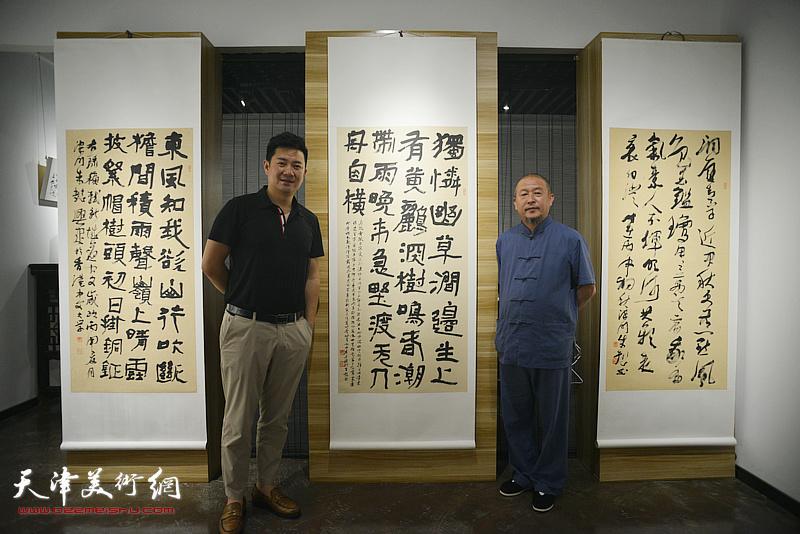 朱懿与缪文杰在作品展现场。